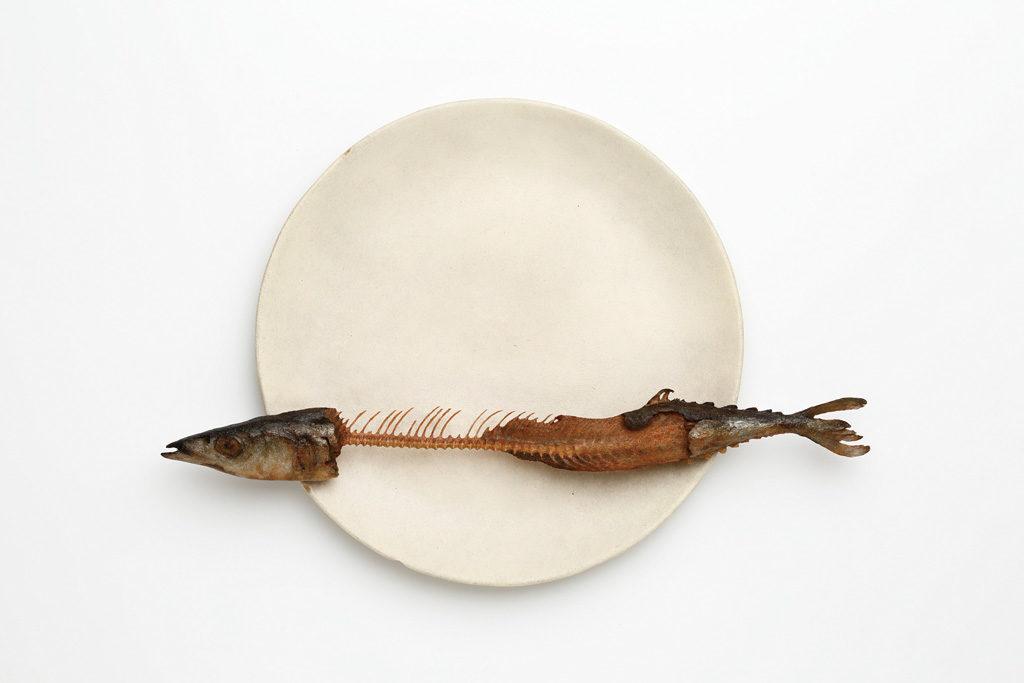 【木彫】 前原冬樹 《一刻:皿に秋刀魚》 2014年